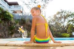 Nettes Mädchen am Pool Stockbilder