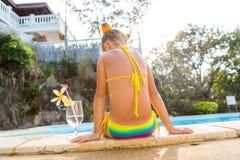 Nettes Mädchen am Pool Stockfoto