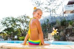 Nettes Mädchen am Pool Stockbild