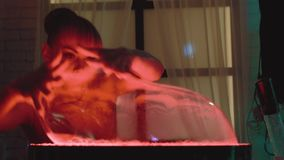 Nettes Mädchen stößt oben eine große Blase luft und Spiele mit ihr, macht eine Show, eine Nahaufnahme stock video footage