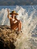 Nettes Mädchen und Klippe auf Wellenbruch Stockfoto