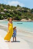 Nettes Mädchen und schöne Mutter auf dem Strand Stockfotos
