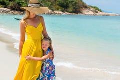 Nettes Mädchen und schöne Mutter auf dem Strand Stockbild