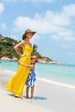 Nettes Mädchen und schöne Mutter auf dem Strand Lizenzfreies Stockbild