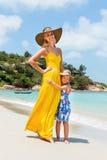 Nettes Mädchen und schöne Mutter auf dem Strand Stockfotografie