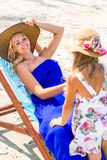 Nettes Mädchen und schöne Mutter auf dem Strand Lizenzfreie Stockfotografie