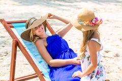 Nettes Mädchen und schöne Mutter auf dem Strand Lizenzfreie Stockbilder