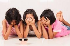 Nettes Mädchen wacth furchtsamer Film am Handy lizenzfreies stockbild