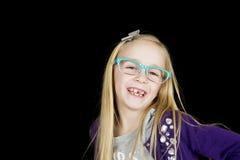 Nettes Mädchen, welches die flippigen Gläser aufwerfen mit einer Haltung trägt Lizenzfreie Stockbilder