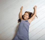 Nettes Mädchen zu Hause Lizenzfreie Stockfotos