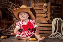 Nettes Mädchenkind gekleidet im Landhausstil Lizenzfreies Stockbild