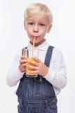 Nettes männliches Kind genießt gesundes Getränk Lizenzfreies Stockbild
