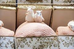 Nettes Mäusespielzeug mit der Teeschale, die auf Sofa sitzt Weiches Tierspielzeug Konzept des gutenmorgens Kindheitshintergrund R lizenzfreie stockfotos
