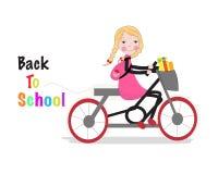 Nettes Mädchen, das ein bicyle zurück zu Schulhintergrund reitet Stockbild