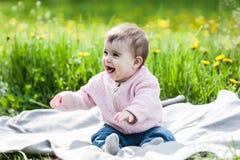 Nettes Mädchen, das Spaß draußen hat Lizenzfreie Stockbilder