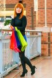 Nettes Mädchen mit Einkaufstaschen Lizenzfreie Stockfotos
