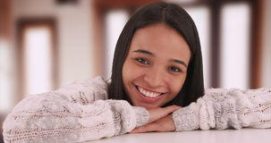 Nettes mexikanisches Mädchen, das an der Kamera lächelt Stockbilder