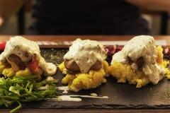 Nettes Mittagessen, köstliches Truthahnfleisch mit Speck Stockfoto