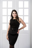 Nettes Mode-Modell-Schwarzkleid, das hinten in den Studiodachbodenausgangsinnentüren aufwirft und lächelt Lizenzfreies Stockfoto