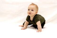 Nettes 9-monatiges Kind, das oben schaut Stockfotografie