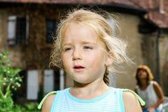 Nettes Nahaufnahmeporträt des kleinen Mädchens Stockbilder