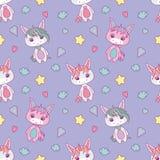 Nettes nahtloses Muster für Kinder mit molligen weißen Karikatureinhörnern, -sternen, -herzen, -diamanten und -wolken auf hellvio stock abbildung