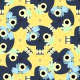 Nettes nahtloses Muster mit den lustigen Schädeln und den gelben Blumen Stockfotografie