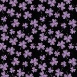 Nettes nahtloses violettes Shamrockkleemuster auf schwarzem Hintergrund Lizenzfreie Stockbilder