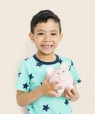 Nettes nettes Kinderlächelnder Junge, der Spaß-Konzept hat Stockbilder