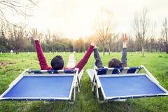Nettes Paar entspannt sich und genießt, ihre Hände darzulegen Lizenzfreie Stockfotografie