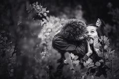 Nettes Paar ist frech und zeigt Gefühle zwischen Herbstbäumen lizenzfreies stockfoto