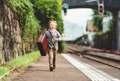 Nettes Porträt des kleinen Jungen im Freien Stockfotografie
