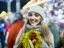 Nettes positives lächelndes Mädchen bei der Mantelaufstellung Lizenzfreies Stockfoto