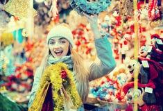 Nettes positives Mädchen bei der Mantelaufstellung Stockfotografie