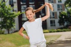Nettes positives Mädchen, das zu Ihnen lächelt Stockfotografie