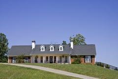 Nettes Ranch-Haus auf Hügel Stockfotografie