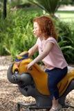 Nettes Redhead-Mädchen auf einem Spielplatz (13) Lizenzfreies Stockfoto