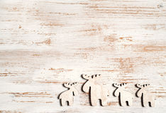 Nettes Ren auf schäbigem schickem hölzernem Hintergrund Weihnachtshintergrund mit Exemplarplatz Lizenzfreie Stockbilder