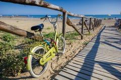 Nettes Retro- Weinlesefahrrad nahe Strand, sonniger Tag Lizenzfreies Stockbild