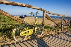 Nettes Retro- Weinlesefahrrad nahe Strand, sonniger Tag Lizenzfreie Stockfotos