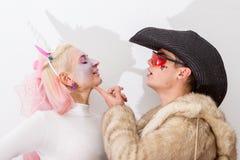 Nettes rosa Einhornmädchen mit Cowboy im Pelz in der Liebe Nahaufnahmeportrait eines Paares Cosplay Kostüme Halloweens Stockbilder