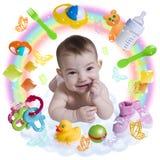 Nettes Säuglingsbaby mit Zusätzen in einem Regenbogen Stockbild