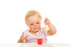 Nettes Säuglingsmädchen, das learining ist, um zu essen Stockfotos