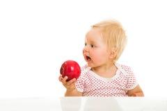Nettes Säuglingsmädchen, das learining ist, um zu essen Lizenzfreie Stockfotos