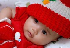 Nettes Schätzchen, das rotes Hemd trägt Lizenzfreie Stockbilder