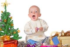 Nettes Schätzchen, das Weihnachten genießt stockfotografie