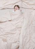 Nettes Schätzchen im Bett Stockfotografie