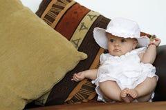 Nettes Schätzchenportrait auf der Couch lizenzfreies stockfoto