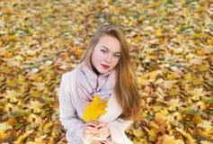Nettes schönes Mädchen im beige Mantelfreien am schönen Falltag lizenzfreies stockfoto