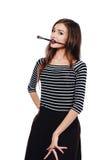 Nettes schönes Mädchenkünstler Brush-Zahnstückchen in die Farbe im Prozess zeichnet Inspiration Weißer Hintergrund, lokalisiert Stockfotografie